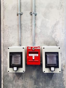 Caixa de alarme de incêndio vermelho montada na parede
