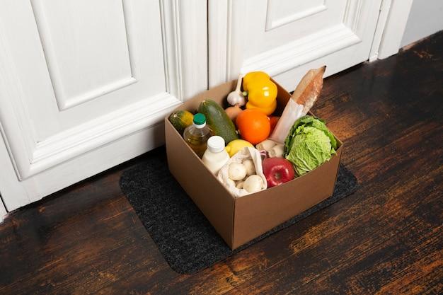 Caixa de ângulo alto com vegetais na esteira