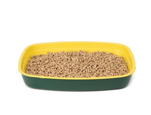 Caixa de areia para gatos cheia de serragem prensada isolada no fundo branco