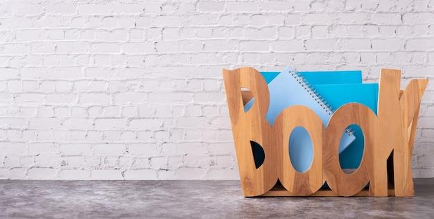 Caixa de armazenamento de caixa de madeira na textura da parede de tijolo branco.