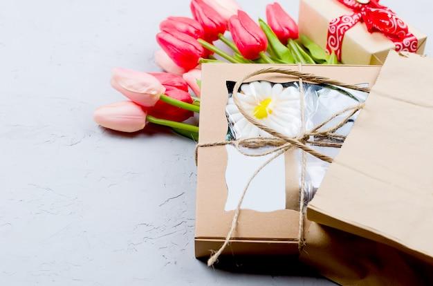 Caixa de artesanato de presente e tulipas para presente
