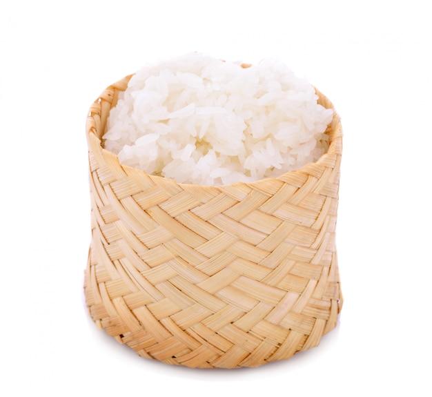 Caixa de bambu de madeira estilo tradicional com arroz pegajoso tailandês em branco