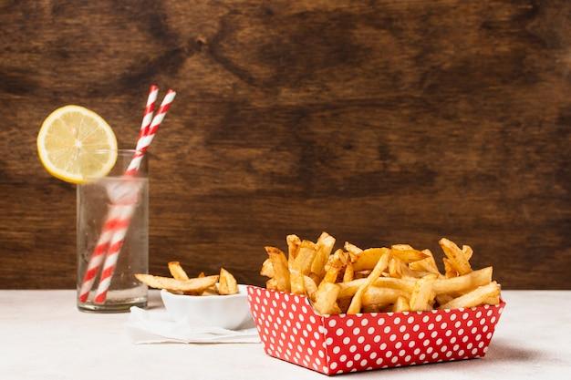 Caixa de batatas fritas com limonada