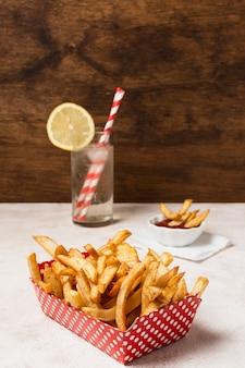 Caixa de batatas fritas na mesa branca
