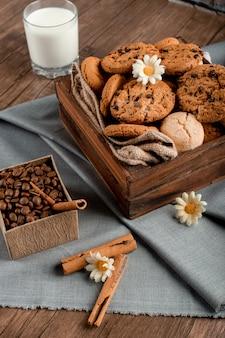 Caixa de biscoito doce e um copo de leite