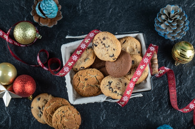 Caixa de biscoito em cima da mesa