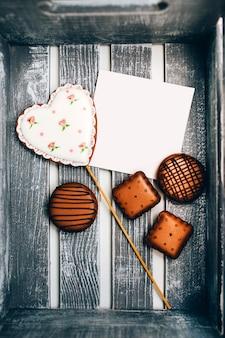 Caixa de biscoitos com um cartão de assinatura. caixa de presente com biscoitos. mástique culinária.