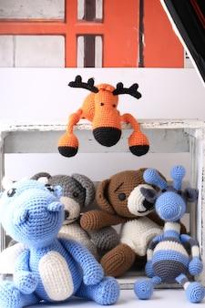 Caixa de brinquedos de malha feitos à mão