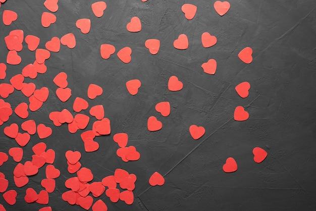 Caixa de cartão de dia dos namorados com corações vermelhos em fundo de pedra. copie a vista superior do espaço. postura plana
