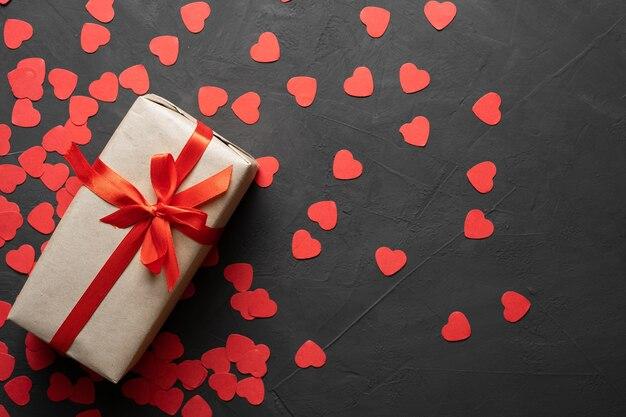 Caixa de cartão de dia dos namorados com laço vermelho em fundo de pedra. copie a vista superior do espaço. postura plana