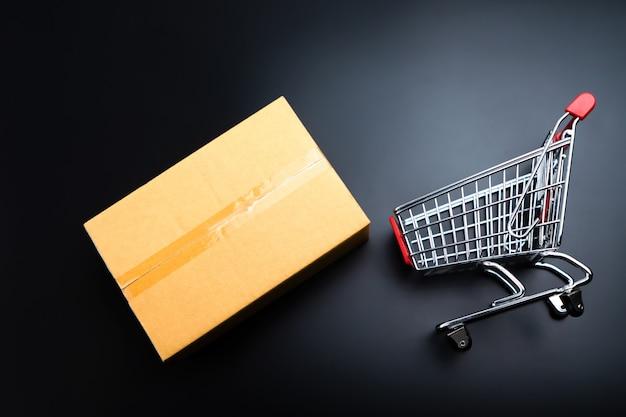 Caixa de cartão e carrinho de compras