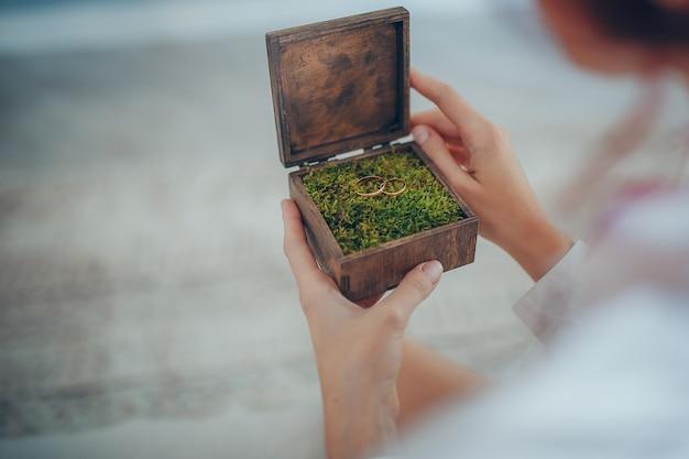 Caixa de casamento boho de madeira e anéis de casamento