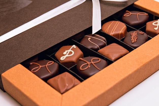 Caixa de chocolates em fundo branco