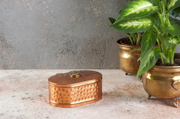 Caixa de cobre vintage em fundo de concreto