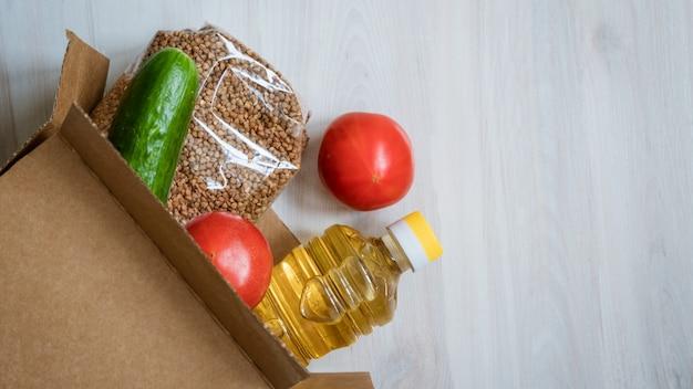 Caixa de comida em um fundo de madeira