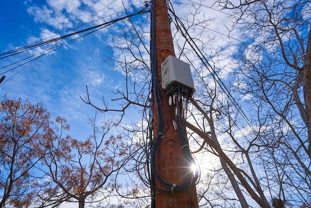 Caixa de conexão de fibra óptica de internet em um poste