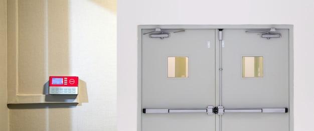 Caixa de controle de acesso com porta de entrada.