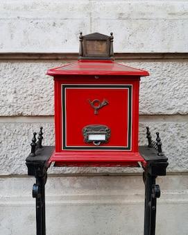 Caixa de correio húngara vermelha retrô na rua