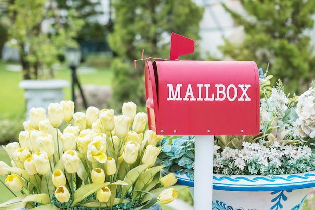 Caixa de correio metal closeup no fundo texturizado de vista jardim