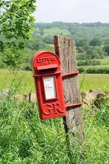 Caixa de correio no campo inglês de cotswolds
