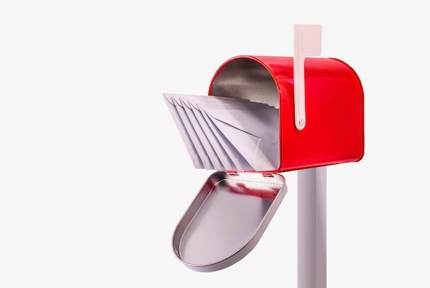 Caixa de correio vermelha aberta com cinco envelopes brancos