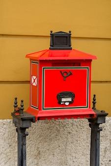 Caixa de correio vermelha autêntica em