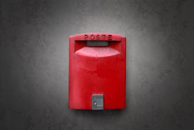 Caixa de correio vermelha velha