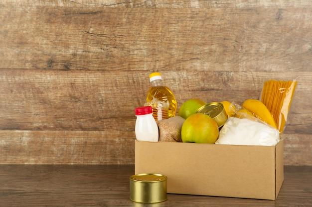 Caixa de doação com comida no fundo broun