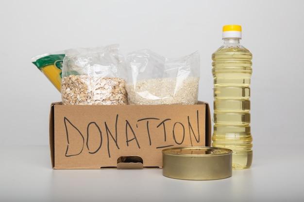 Caixa de doação com comida.