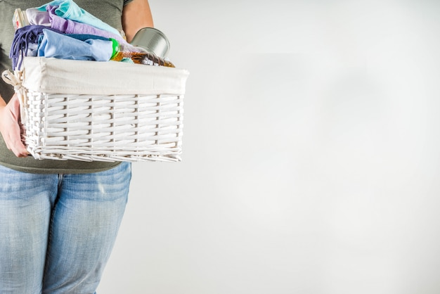 Caixa de doação com roupas, brinquedos e comida