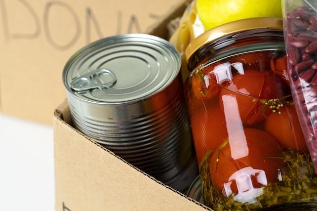 Caixa de doação com vários alimentos. suporte pandêmico. fechar-se.