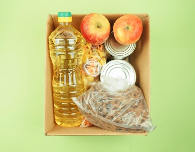 Caixa de doação de alimentos para pessoas necessitadas. caixa de papelão
