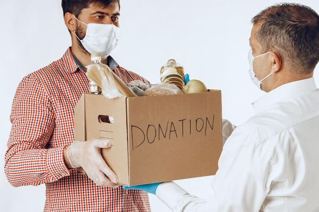 Caixa de doação de alimentos para pessoas que sofrem de conseqüências de pandemia de coronavírus