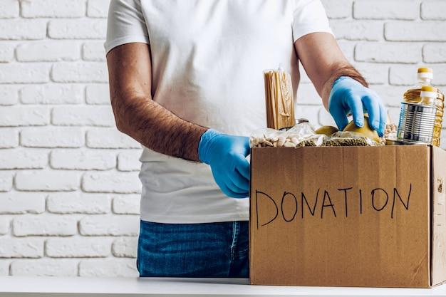 Caixa de doação de alimentos para pessoas que sofrem de pandemia de coronavírus