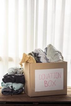 Caixa de doação de roupas
