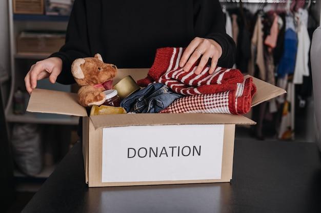 Caixa de doação para presentes de caridade ajuda refugiados e desabrigados natal caixa de doação de caridade