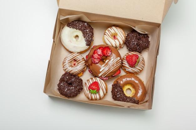Caixa de donuts frescos isolado no branco