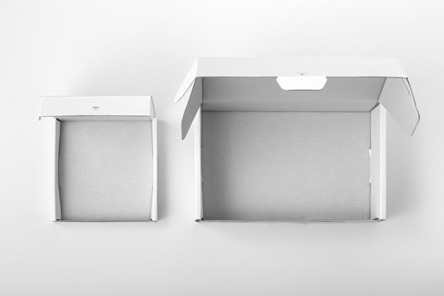 Caixa de embalagem de papelão branca aberta, vista superior
