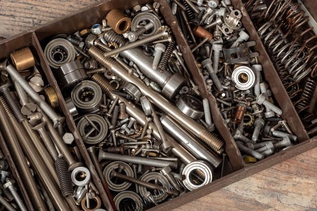 Caixa de ferramentas com parafusos pequenos