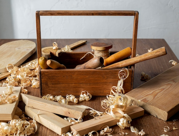 Caixa de ferramentas de madeira e serragem