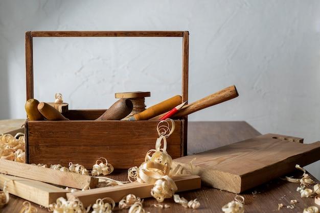 Caixa de ferramentas de madeira para carpintaria de vista frontal