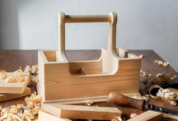 Caixa de ferramentas de madeira para carpintaria em cima da mesa
