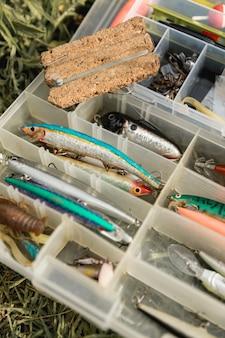 Caixa de ferramentas de pesca no chão