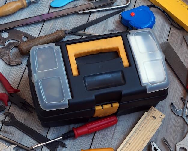 Caixa de ferramentas no piso de madeira, vista de cima.