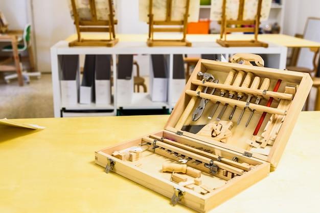 Caixa de ferramentas real para crianças em sala de aula.