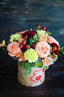 Caixa de flores com rosas