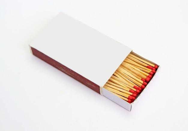 Caixa de fósforos aberta no fundo branco