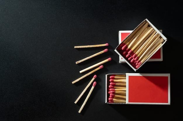 Caixa de fósforos ficar na caixa de papel vermelho em fundo preto