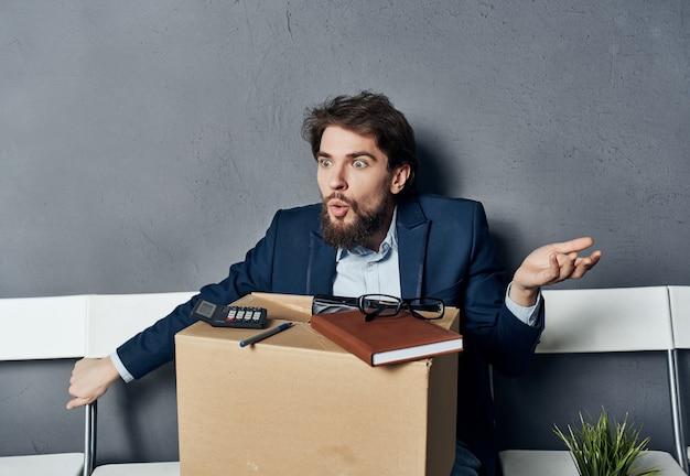 Caixa de gerente emocional masculino com coisas sendo demitidas do trabalho