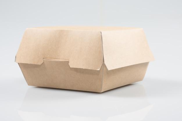 Caixa de hambúrguer para viagem no fundo branco
